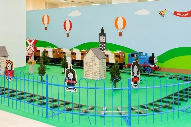 トーマスが引く客車でソドー島を旅する「レッツゴートーマス」に乗車(1人200円)。こちらは大人も乗車可能。発車ベルが鳴ったら、出発進行!