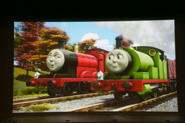 戸田市文化会館公演から初登場したジェームス(左)とトーマスの親友であるパーシー(右)。「映像を交えたストーリー展開は迫力満点!」(鈴木さん)