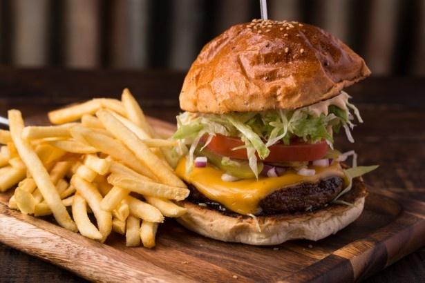 肉汁がジューシーに溢れ出るステーキやハンバーガーを堪能できる