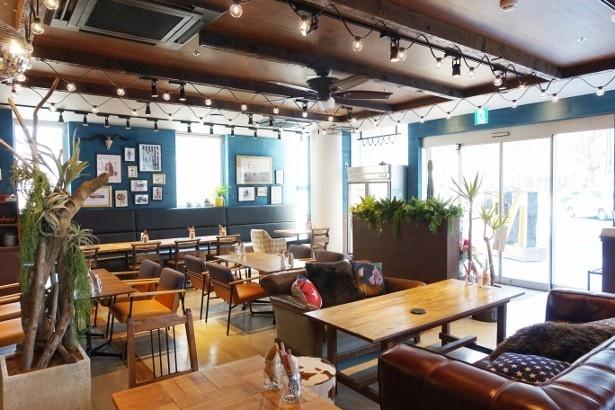 NICK STOCK  名古屋駅前店の店内。アメリカ西海岸風のカフェをイメージ