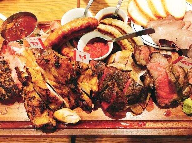 ディナーで味わえる「ニックビレッジ(8618円)」。ステーキ、ハンバーグなどの肉料理がワンプレートに
