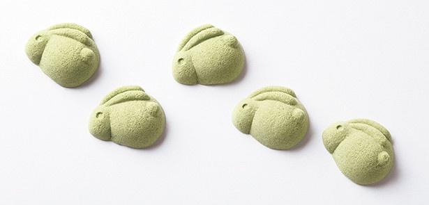 【写真を見る】姿形も愛らしい、上品な和三盆の干菓子。中村藤吉本店の「兎菓子」