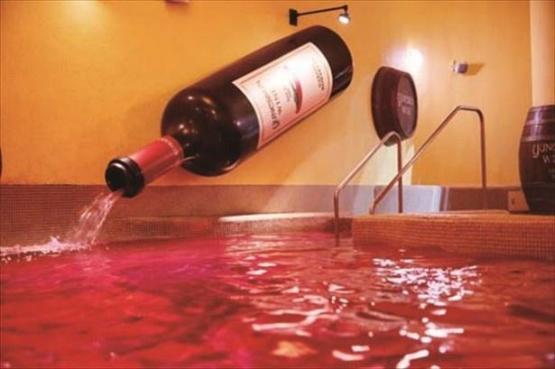 ワインの香りでポカポカ温まる「ワイン風呂」も人気