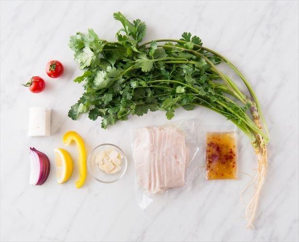 【写真を見る】「モリモリパクチーのアジアンサラダ」(税抜1080円)。必要量の全ての食材とレシピがセットになって届くため、調理はカンタン