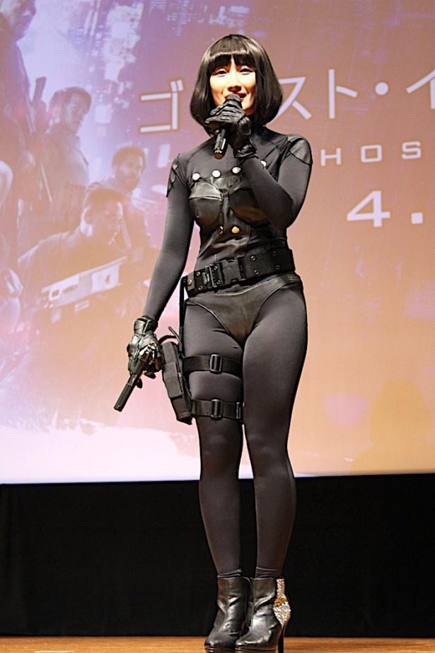 武田梨奈、体にぴったりとフィットしたセクシーな衣装で登場