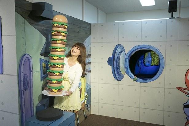 キャラクターみんなの大好物「カーニバーガー」の大きさに鈴木さんもびっくり