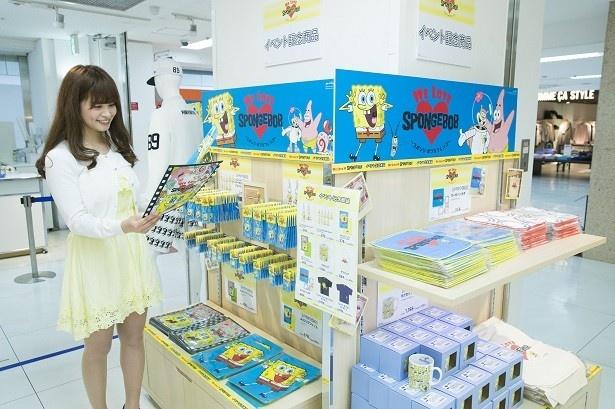 出口ではオリジナルグッズも販売中。鈴木さんは気に入ったマグカップをゲット