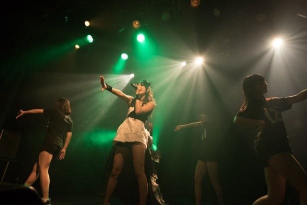 ライブは、佐保のソロ曲としても発表された「Abyssal Drop」でスタート
