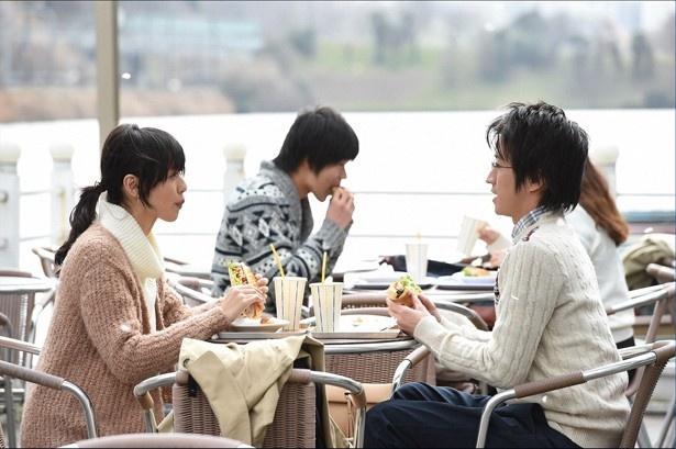 恭子からもらったチケットで映画に行ったりして、深瀬が美穂子 のことを「美穂ちゃん」と呼ぶまでに2人は距離を縮めていく