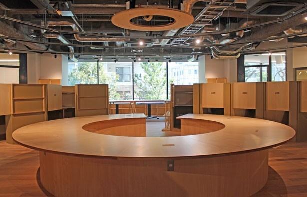 円形のコワーキングスペースが印象的なシェアオフィス