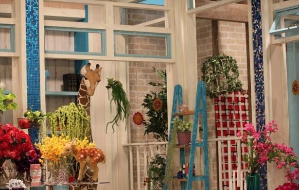 【写真を見る】華やかなスタジオには、キリンなどのぬいぐるみが飾られ、細かいところまでこだわりが見える