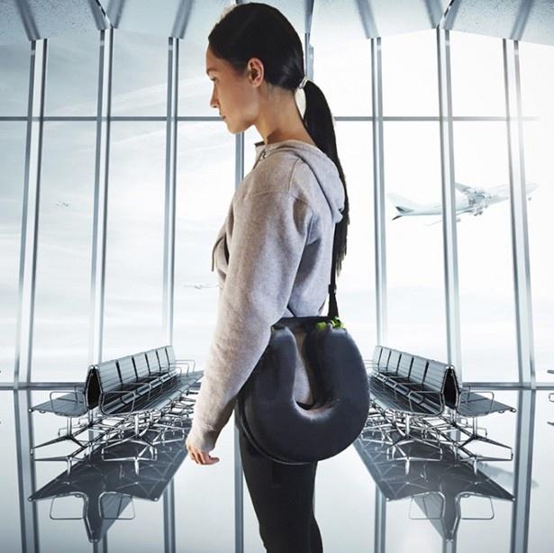 付属ストラップは肩に掛けて使えるので、持ち運びにも便利です。