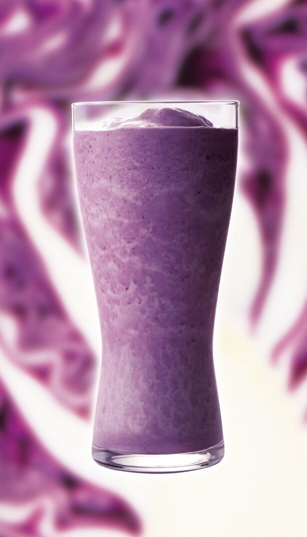 【写真を見る】紫キャベツとブルーベリー、バナナを合わせたフルーティーな味わいの「紫キャベツ&ブルーベリースムージー」(480円)