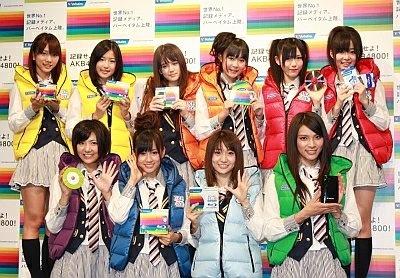 AKB48の10人は、同商品を購入すると抽選で当たるという7色のダウンを着用して登場