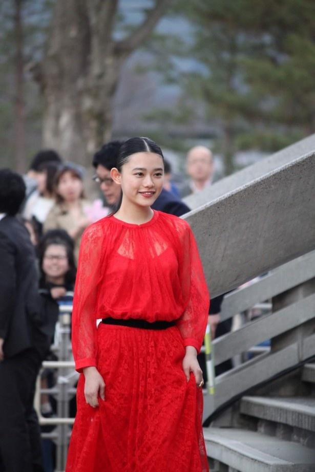 真っ赤なドレスで登場した杉咲花