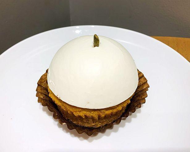 【写真】つるりと丸い見た目もキュートな新作ケーキ「豆乳パンプキンケーキ」
