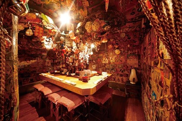 大漁居酒屋 てっちゃん/内観 個室も壁や天井をオモチャがびっしりと覆い、まるで洞窟のよう