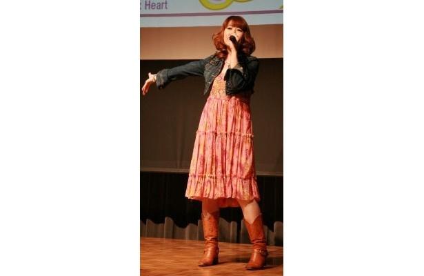 『ふたりはプリキュア Max Heart』のオープニング主題歌を歌う五條真由美さん