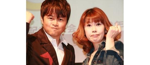 「キングラン アニソン紅白2009」の司会を務める荘口彰久さんと、会見で歌を披露した五條さん