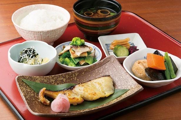 西京味噌に1日漬け、味が染み込んだ銀ダラ西京焼きセット(1800円)。だし巻玉子単品は490円