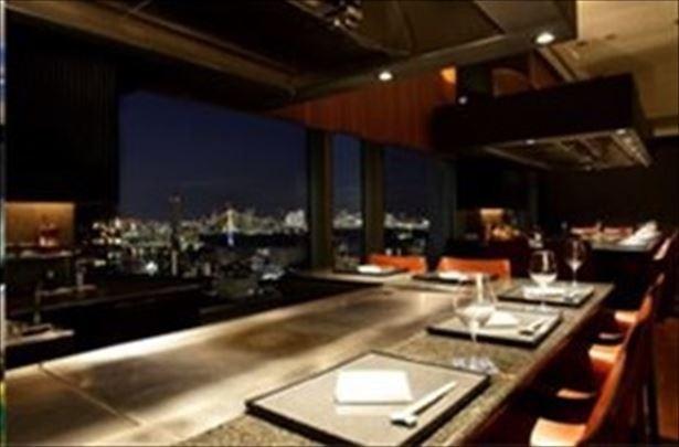 【写真を見る】ディナーとともに楽しめる地上100mからの東京ベイエリアの大パノラマ