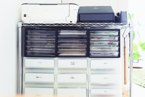 """家族の情報ステーション=リビングの棚。「1ジャンル1ボックス」にすれば""""ざっくり""""収納でOK"""