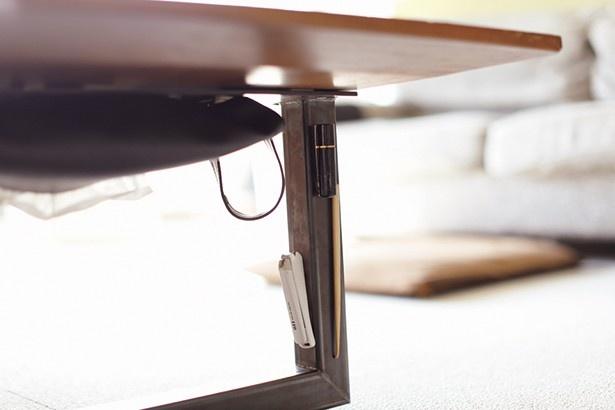 """リビングテーブルの脚や裏側に、行方不明になりやすいこまごました物を""""空中収納""""!"""