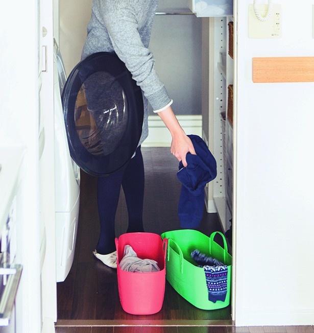 【写真を見る】乾燥が終わった衣類は、畳まずに収納ケースや各自のカゴへポイポイ放り込むだけ