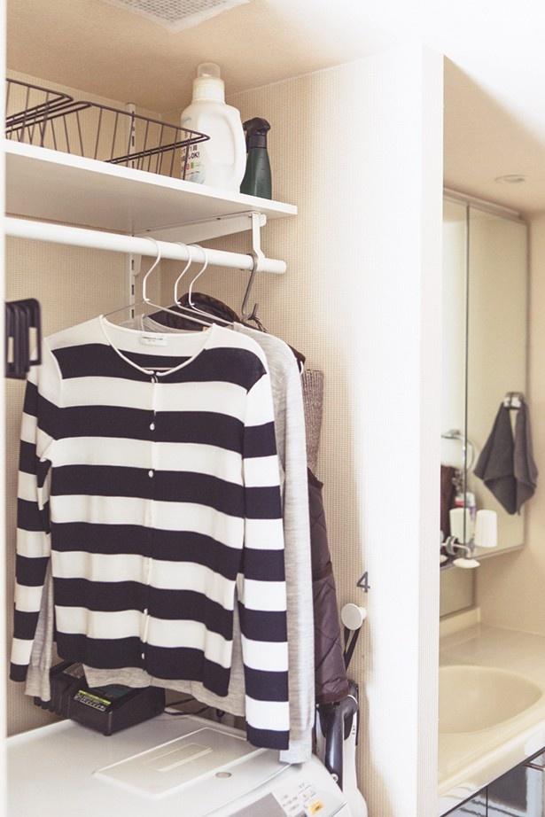 """洗濯機の上に設けた、服の""""ちょい置き""""スペース"""