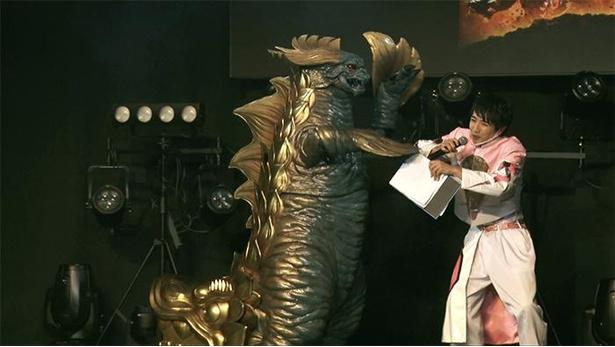ご当地怪獣がステージに登場!本田剛史に襲い掛かる…!?