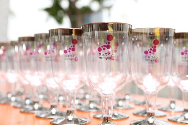 オリジナルワイングラス(プラスチック製)は200円で販売