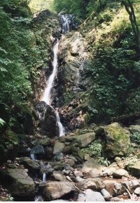 """""""大山詣り""""の際に信者が身を清めたという「二重の滝」"""