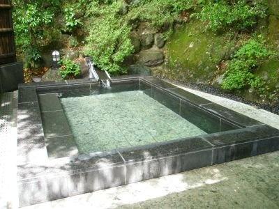 400年の歴史を持つ旅館「東學坊」で立ち寄り湯(入浴料600円)も楽しめる