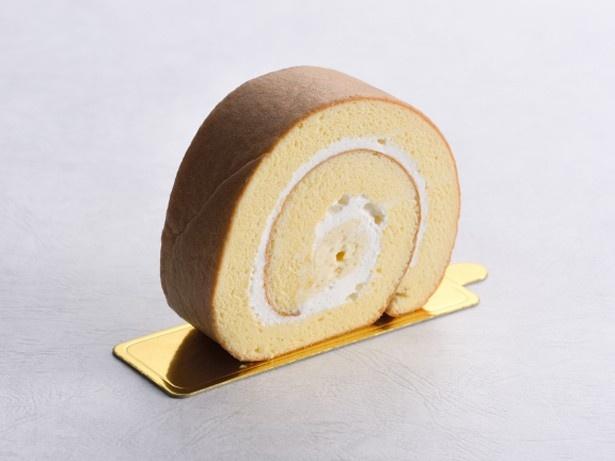 季節のロールケーキ(480円)。心地いい弾力のスフレ生地を使った季節限定のロール。4月は桜のロールケーキを販売