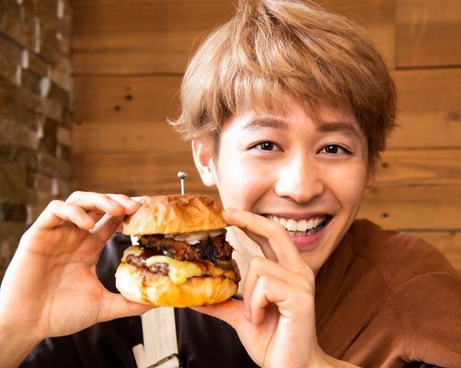 小林亮太が「クルズバーガー」の肉満載グルメバーガーを実食!アメリカンバーベキュー気分を味わえる1品
