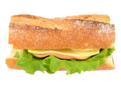 風味豊かなバゲットで、リン酸塩不使用のボンレスハムと、チーズを挟んだ「ファミマプレミアムサンド 石窯バゲットサンド(ハム&チーズ)」(320円)