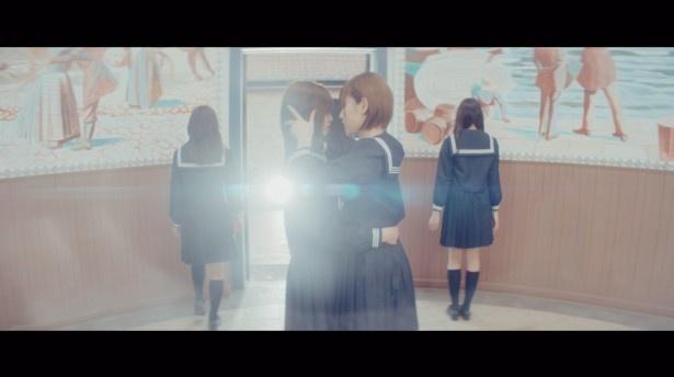 【写真を見る】欅坂46のメンバー同士が…あわやキス!?