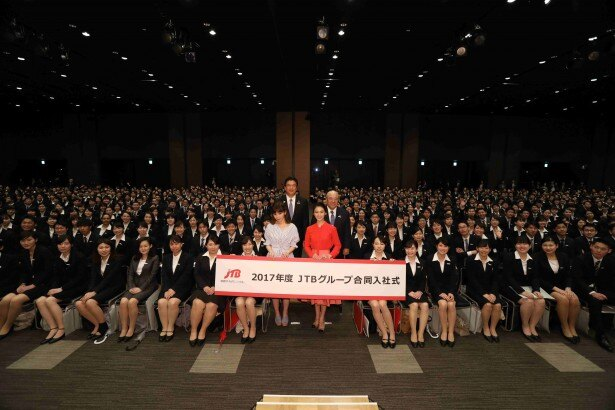 【写真を見る】武井咲とMACOのサプライズ登場に新入社員が騒然!