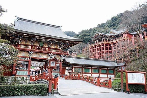 【写真を見る】インスタポイントは、楼門と本殿の両方が一枚におさまるこの太鼓橋手前