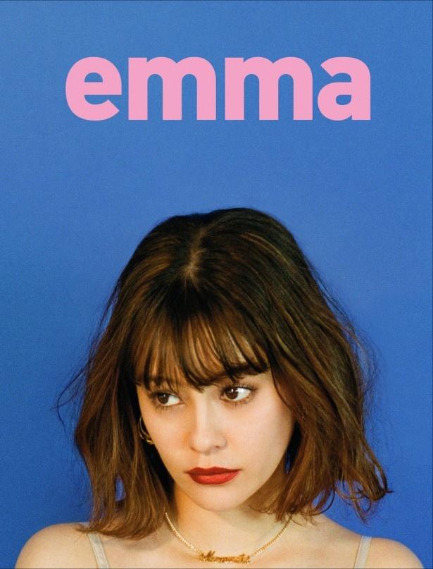 【写真を見る】ビジュアルスタイルブック「emma」では、さまざまな一面を見せる!