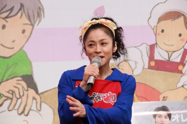 濱田マリは主人公たちが住むシェアハウスの大家・大山美奈子を演じる