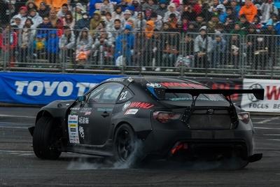 ウェットコンディションでも、タイヤからは白煙があがる