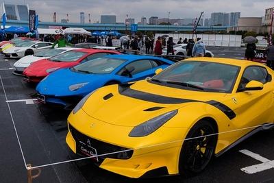 会場には高級スポーツカーがズラリ!