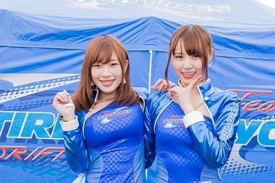 【写真を見る】Team TOYO TIRES DRIFTの美人レースクイーン
