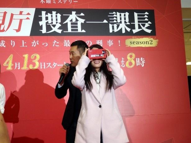 【写真を見る】VR体験する来場者を内藤が優しくフォロー