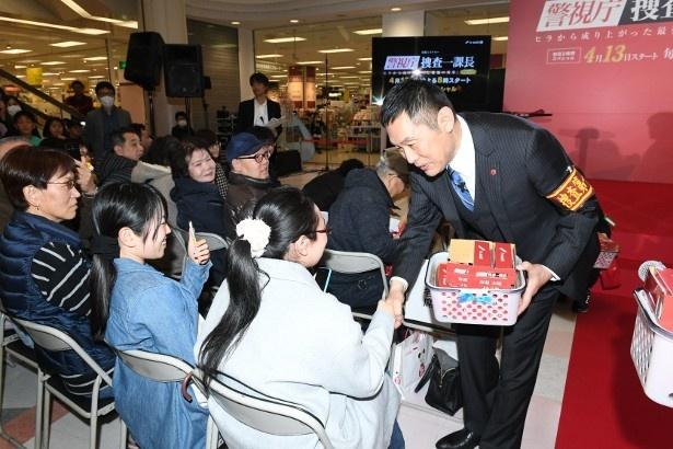 内藤はサプライズで来場者たちにプレゼントを手渡し、笑顔で触れ合った
