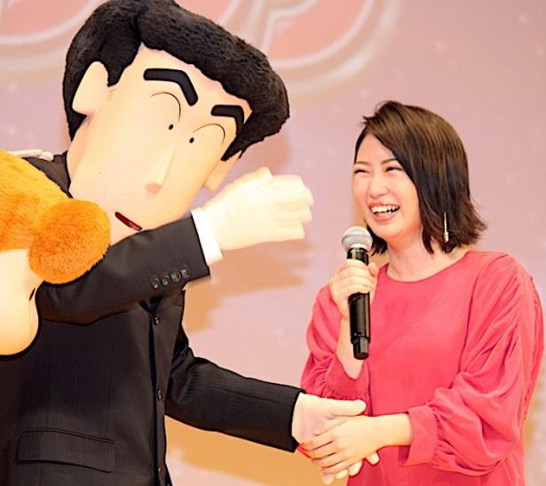 【写真を見る】志田未来の手を握り、デレデレのひろし