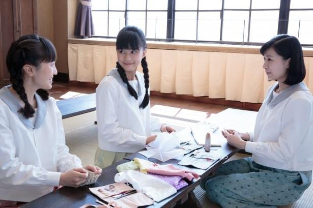 ラジオドラマ「たまご焼き同盟」では、女学生のすみれ(芳根)が、なぜ「手芸倶楽部」を結成したのかが明かされる