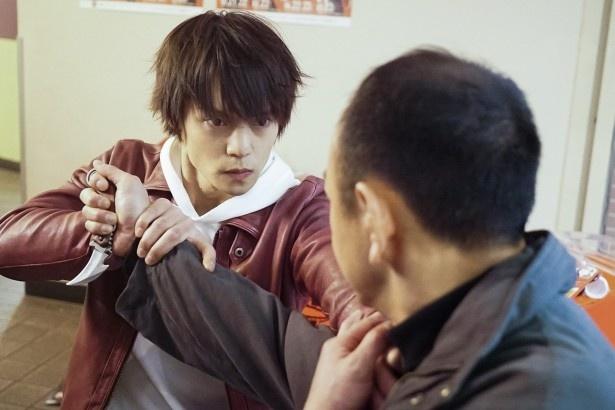 格闘技ジムに住む警備員・朝比奈を演じる窪田は、護身術や総合格闘技などのアクションを披露する