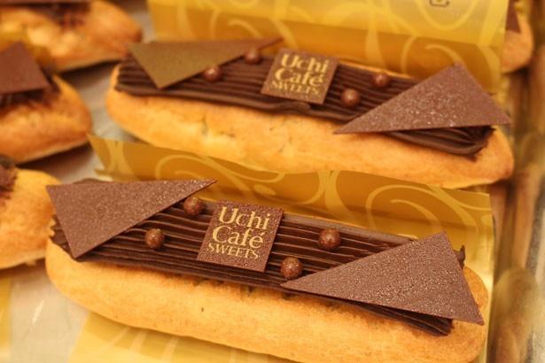細めのエクレア生地に、濃厚&ビターなチョコレートクリームがたっぷり!「プレミアムショコラエクレール」(295円)